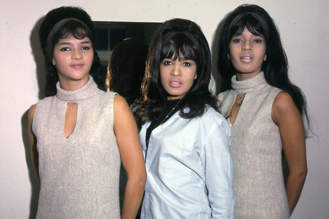 RONETTES US vocal trio fin 1965 From left Nedra Talley, , Estelle Bennett, Ronnie Spector. Photo Tony Gale. Image shot 1965. Exact date unknown.